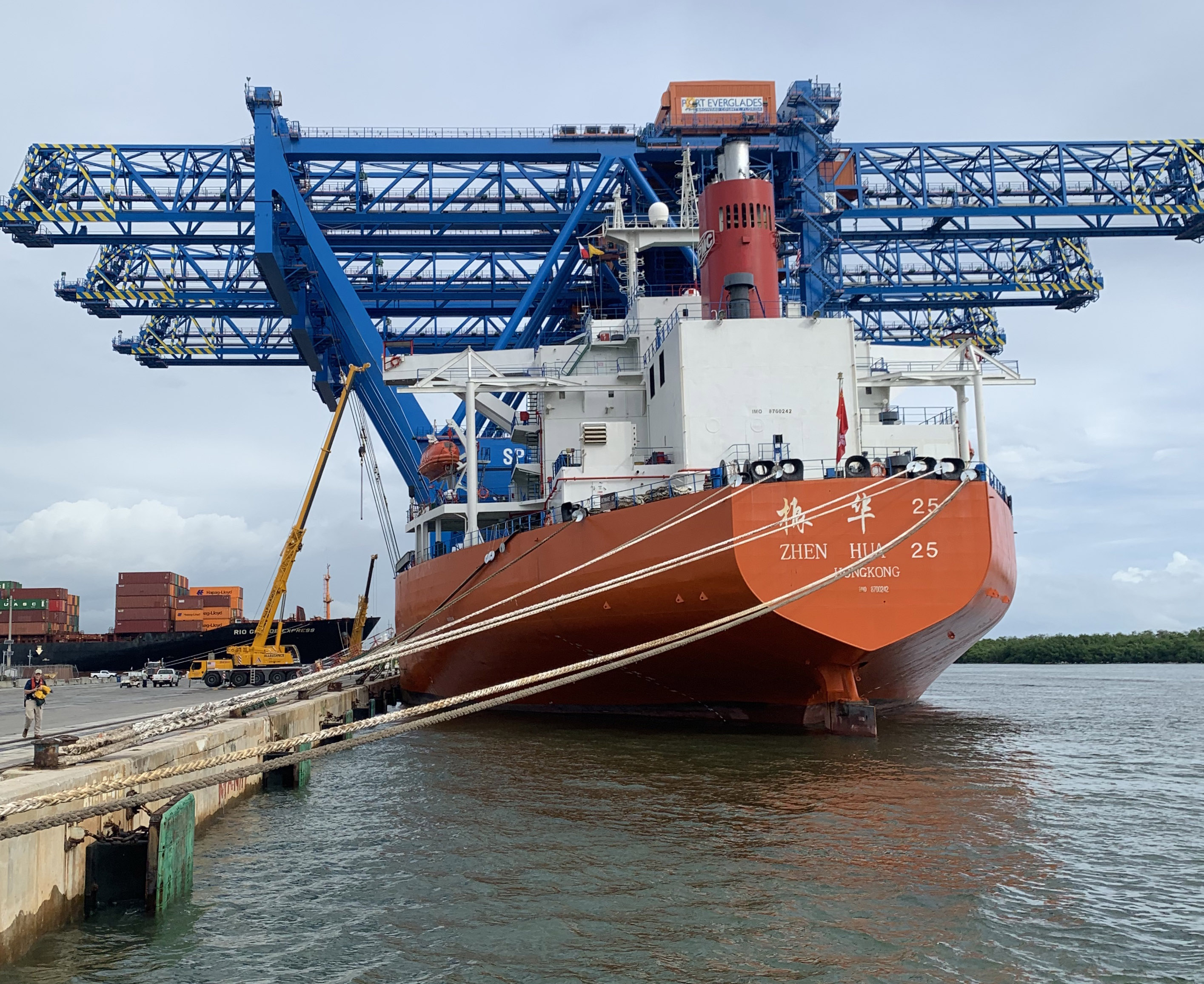 Super Post-Panamax container gantry cranes